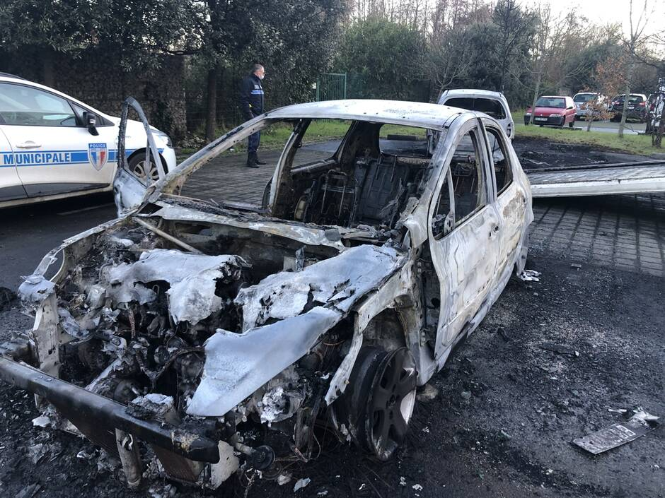 carcasse voiture brulée